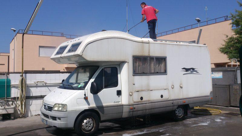 Lavaggio camper e roulotte, barche, gommoni, furgoni e mini bus fino a 20 posti